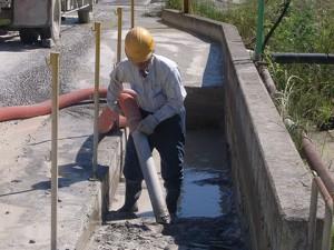 洗輪場ピット部の汚泥改修作業