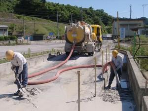 洗輪場ピット部の汚泥回収作業