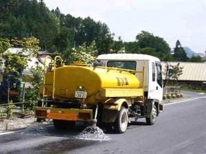 道路の散水作業